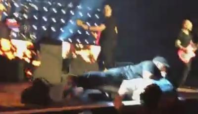 Fanático sube al escenario durante el show de blink-182 en San Diego